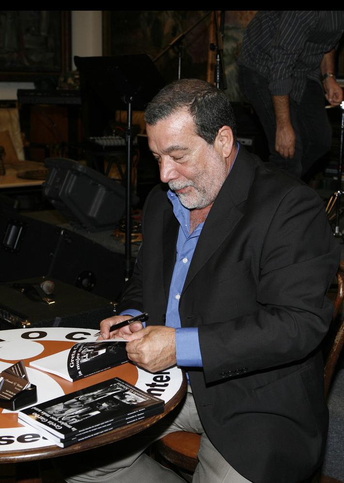 Armando G Muñoz autografiando su libro