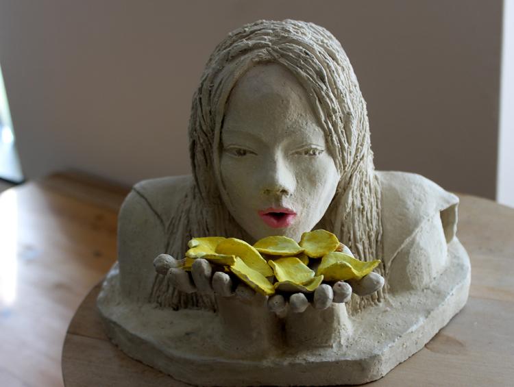 Audrey et les pétales de rose