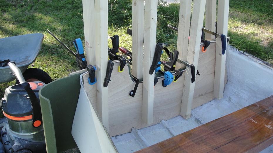 Akterspegel plywood limmas på plats