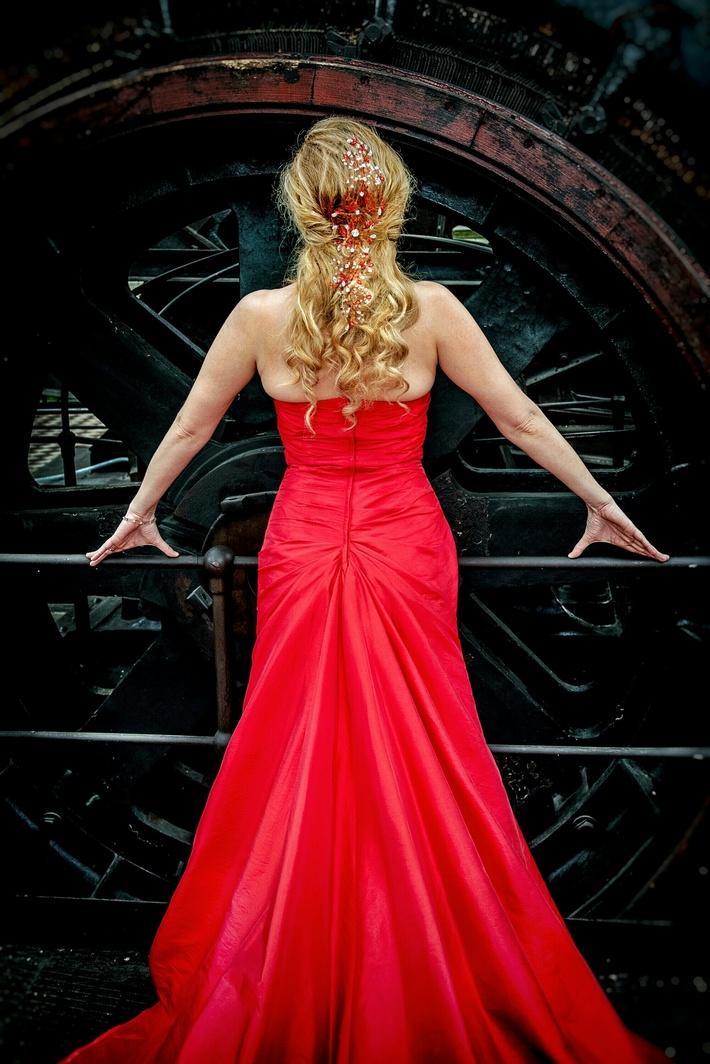 Eye catching red Svarowski Crystals hair vine for various wearing possibilities!