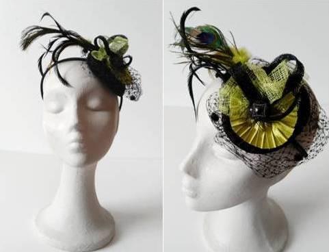 tocado casquete negro con flor plisada pistacho plumas pavo real