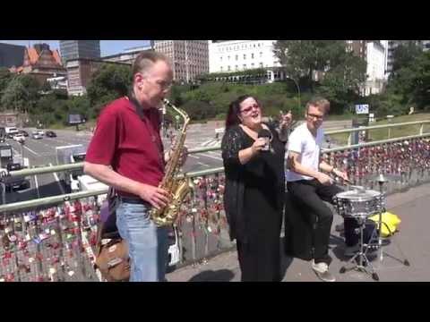 Phat Man Dee and Phriends on the Landungsbrücken U-Bahn Brücke