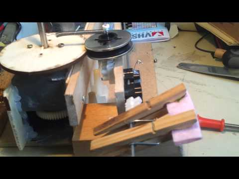 Guitar pickup winder with auto-transverse wire feed