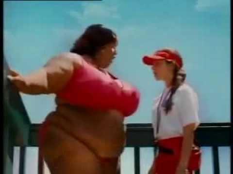 Толстая женщина в аквапарке