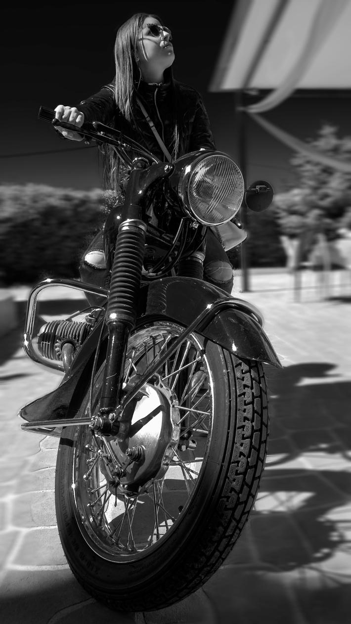 Το κορίτσι με την μοτοσυκλέτα
