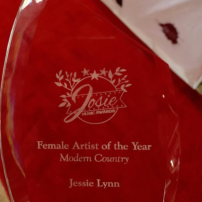 Jessie Lynn - 2019 Artist of the Year award