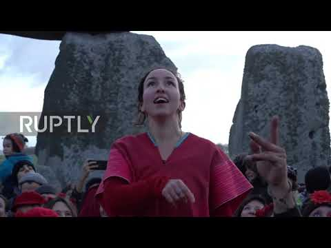 UK: Hundreds swamp Stonehenge for winter solstice
