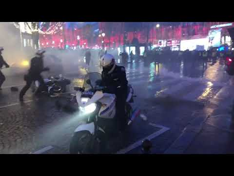 Yellow vests in Paris, France chase off the cops after 1 cop pulls his gun