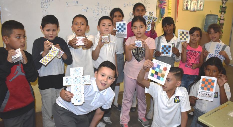 Niños con su material de ajedrez, gracias a PACMYC..