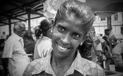 Dalaja (significa miel) encantadora vendedora, mercado de Delhi 1999 (Escáner Digitalizado)