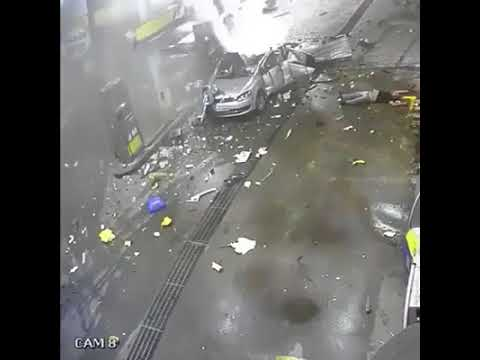 Let kid use mobile phone in the car at the gas station, the whole family exploded in horror