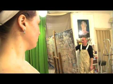 De Haarlemse kunstenaar Bert Maurits schildert op postzakken.