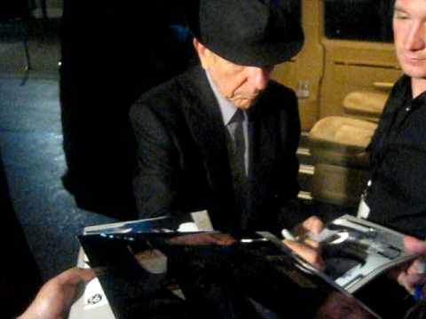 Leonard Cohen signing autographs In-Person Berlin Juli 2009
