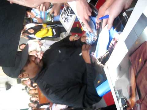Denzel Washington signing autographs in Berlin June 2009