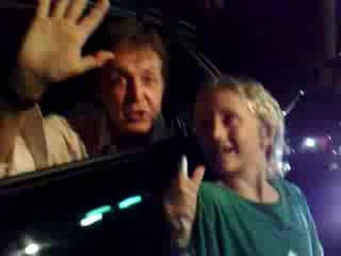 Paul McCartney stops everything for signing to a little boy