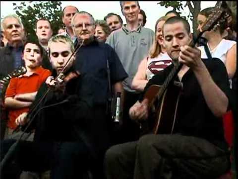 Brian Fitzgerald (banjo), Oisin Mac Diarmada(fiddle), Seán Mc Elwain (bouzouki)