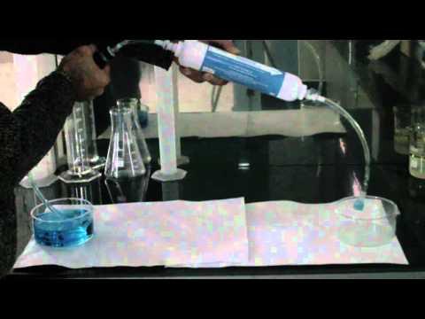 Demo de Seldon Waterstick filtrando agua contaminada.