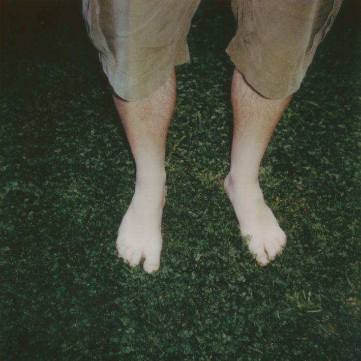 A piedi nudi sull'erba