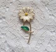 Vintage enamel flower daisy brooch