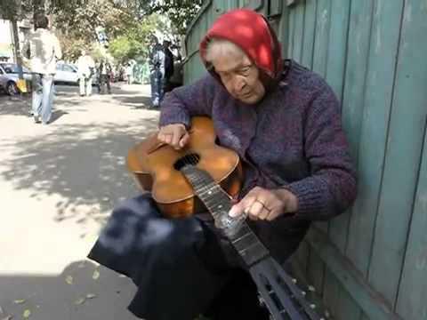 Бабушка играет блюз на гитаре( Беларусь)