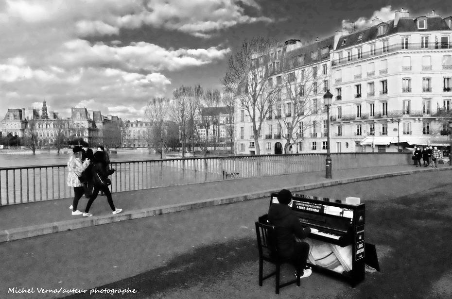 Il joue du piano assis